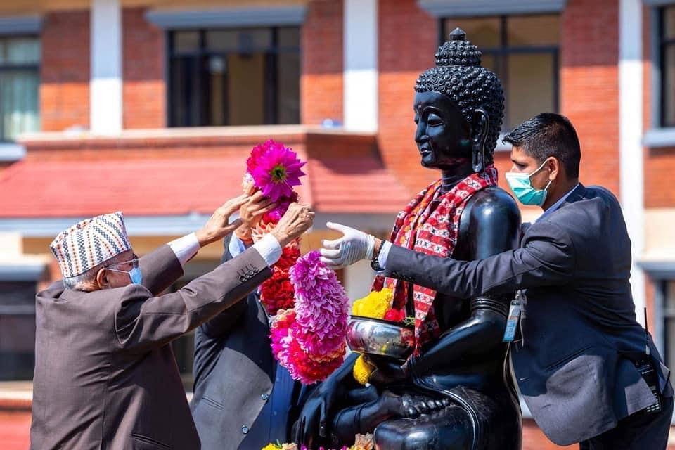 प्रधानमन्त्री ओलीद्वारा गौतम बुद्धको प्रतिमामा माल्यार्पण