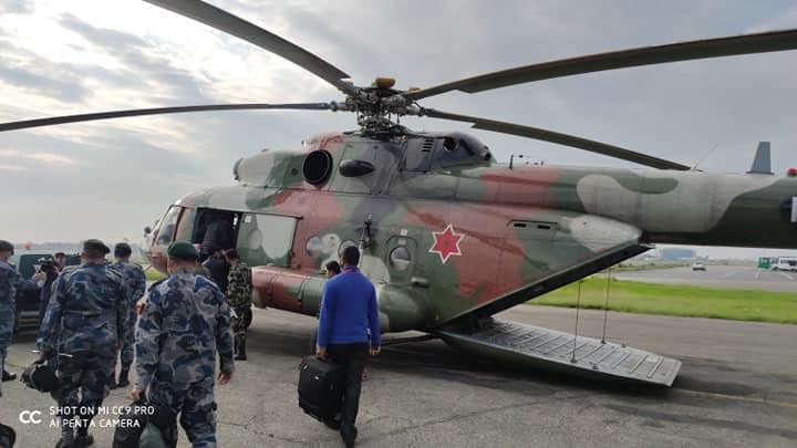 सेनाको हेलिकोप्टरमार्फत छाङ्गरु जाँदै सशस्त्र र नेपाली प्रहरी