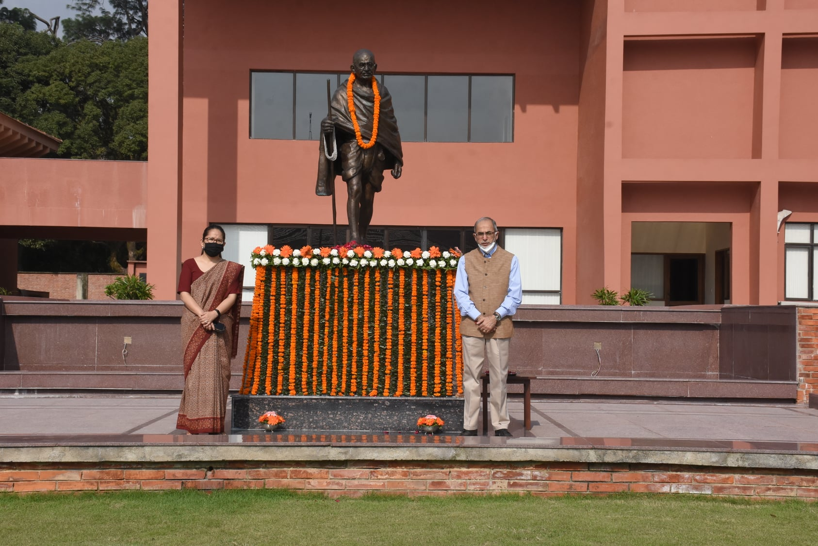 महात्मा गान्धीको जन्मजयन्तिका अवसरमा भारतद्वारा एम्वुलेन्स र बस हस्तान्तरण