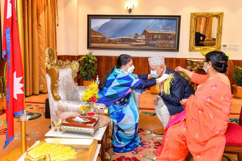 प्रधानमन्त्रीले लगाए राष्ट्रपति भण्डारीको हातबाट दसैँको टीका र जमरा (पाचँ तस्बिरमा हेर्नुहोस)