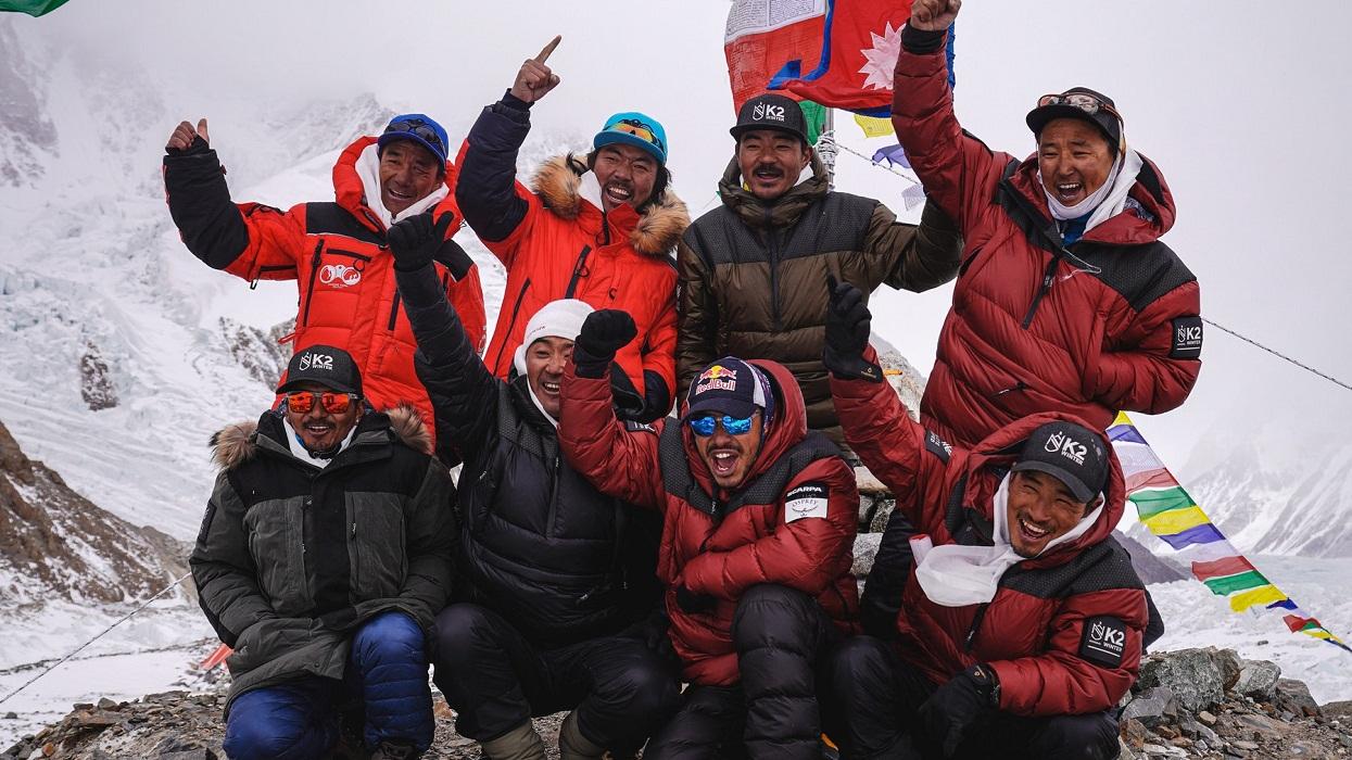 नेपाली  राष्ट्रिय गान गाउँदै हिउँदमा 'केटू'को चुचुरोसम्म [भिडिओसहित]