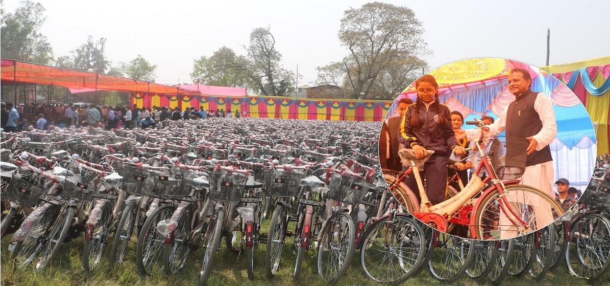 १५ सय छात्रालाई साइकल वितरण [फोटो फिचर]