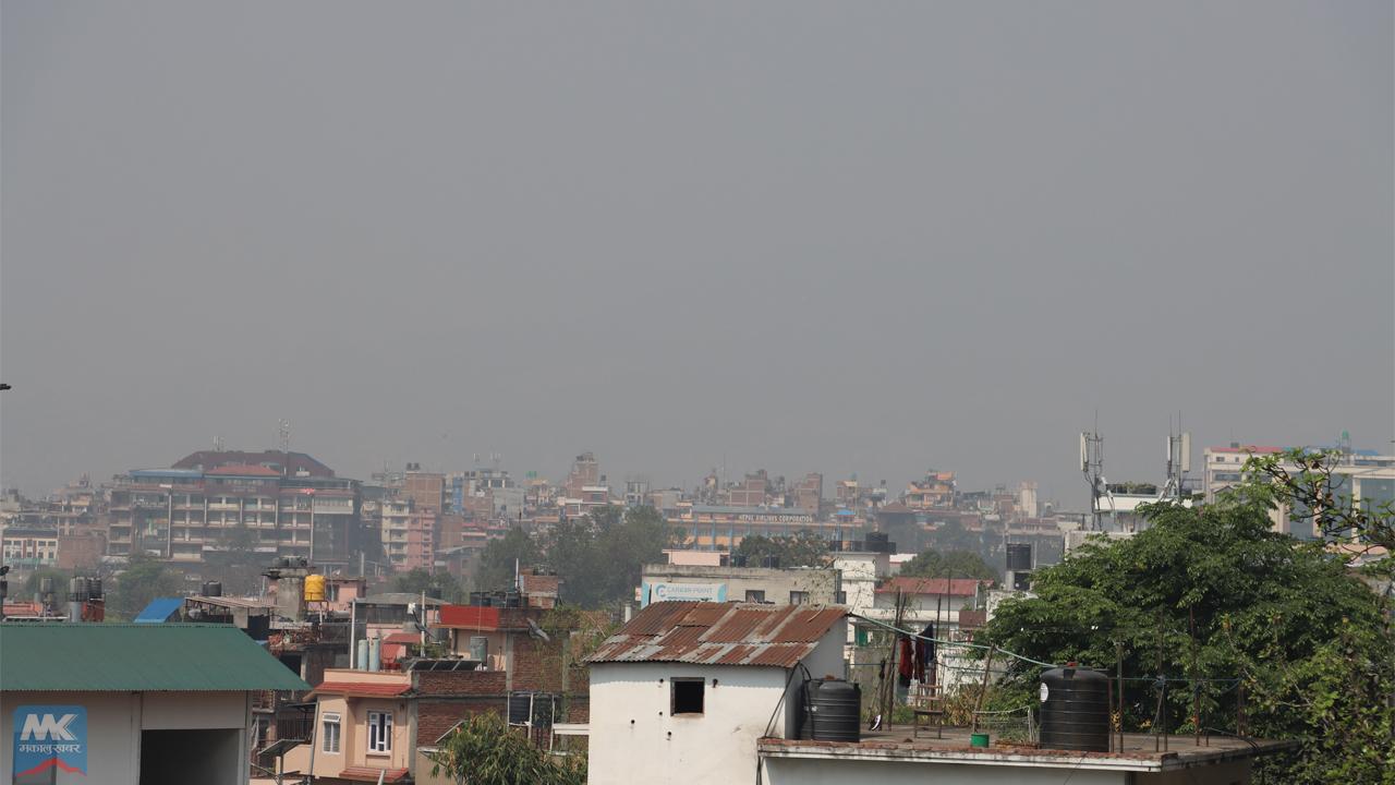 प्रदूषणले ढाकेको काठमाडौंको आकाश खुलेन (तस्बिरसहित)