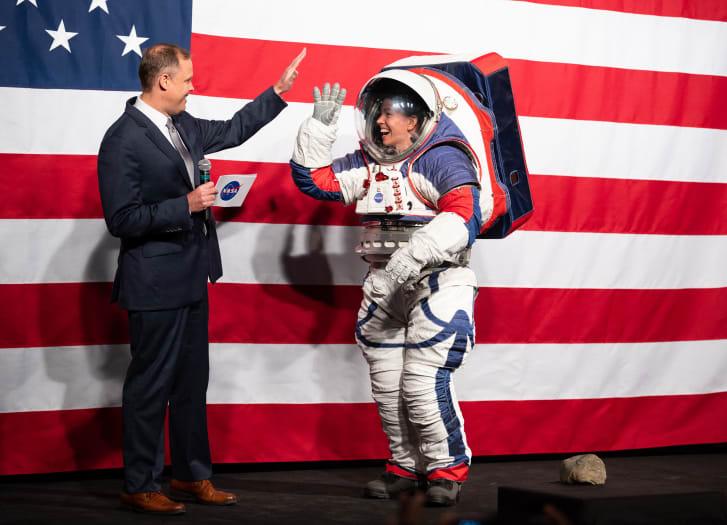चन्द्रमा भ्रमणमा जान नयाँ 'स्पेस सुट'को लागत ३० करोड डलर