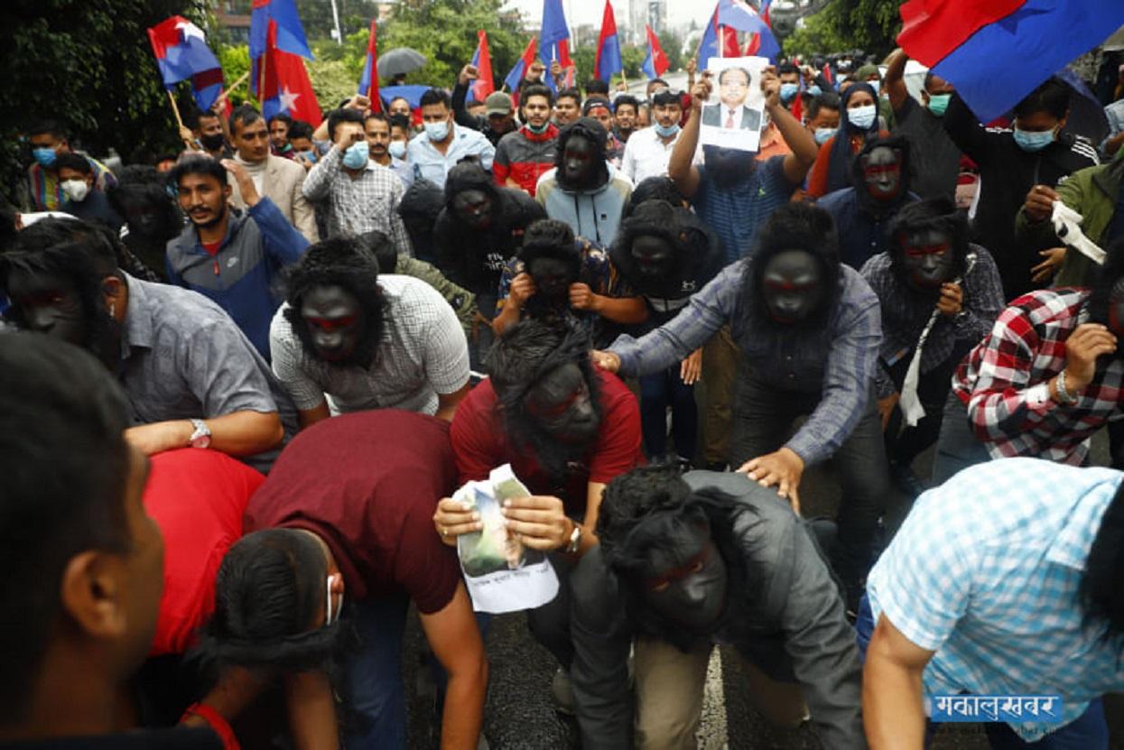 बाँदरको मखुन्डो लगाएर युवा संघद्वारा विरोध प्रदर्शन (तस्बिरहरू)