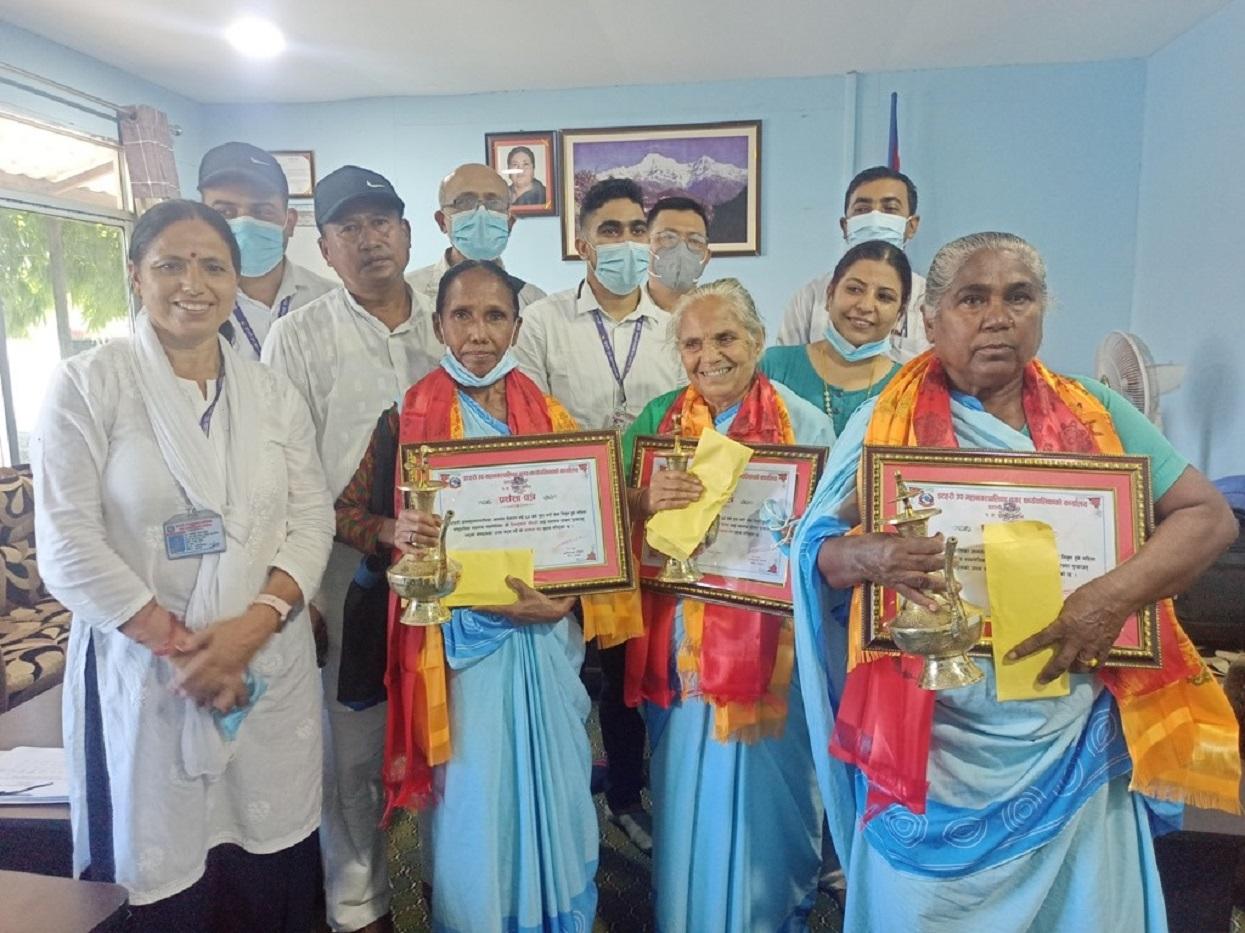 स्वास्थ्य स्वयंसेविकालाई बुढेसकालमा बिदाइसँगै सम्मान