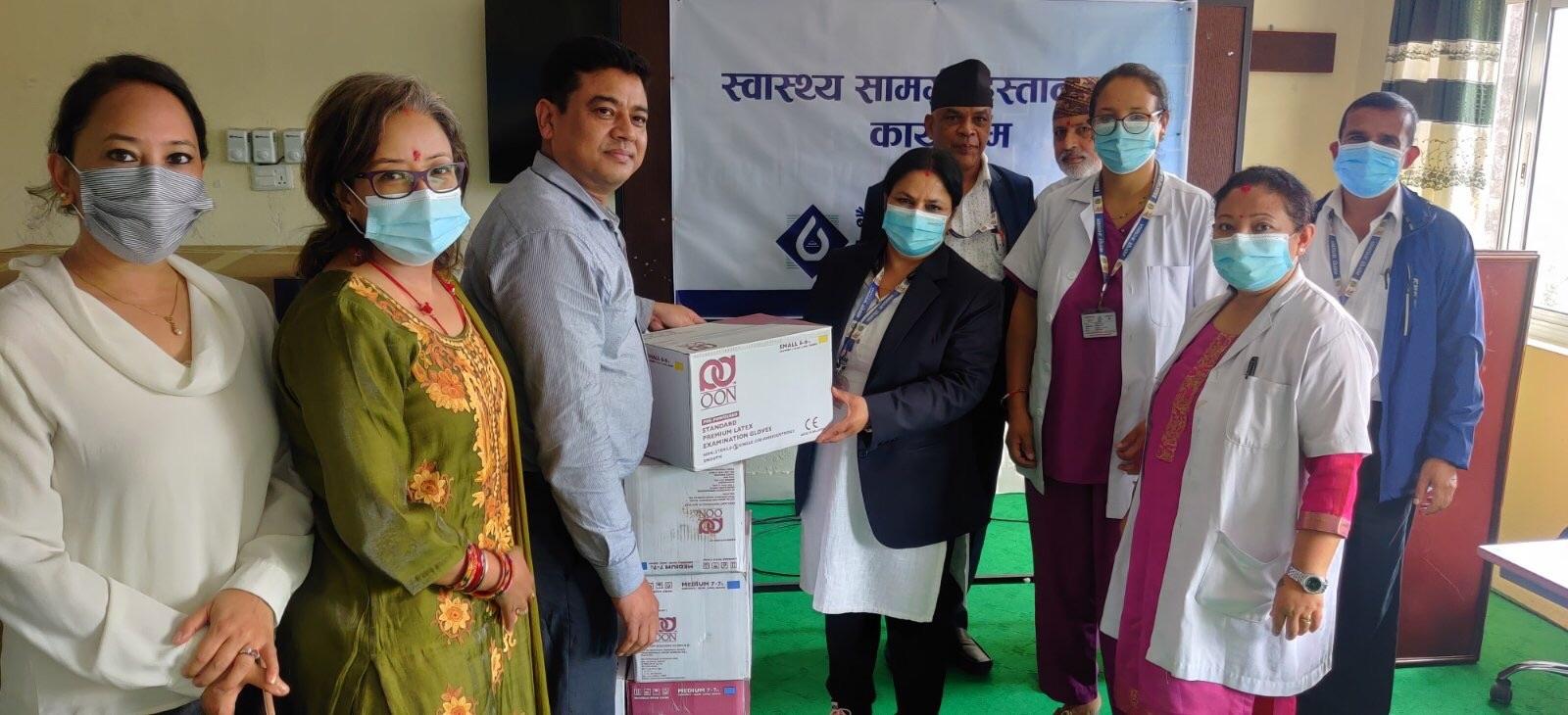 बैंक अफ काठमाण्डूद्वारा भक्तपुर अस्पताललाई स्वास्थ्य साम्रगी हस्तान्तरण