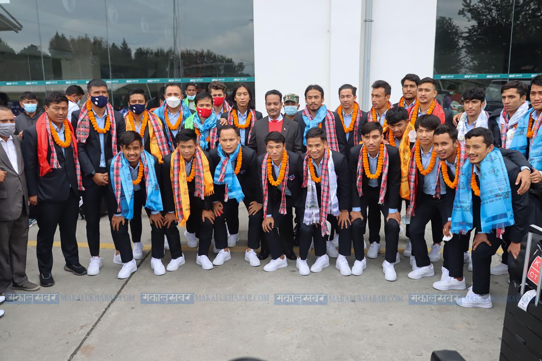 साफको उपविजेता राष्ट्रिय फुटबल टिमलाई स्वदेशमा स्वागत (तस्बिरहरू)